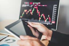 Обсуждать предпринимателя вклада бизнесмена торгуя и торговая операция фондовой биржи диаграммы анализа, концепция графика состоя стоковое изображение