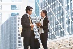 Обсуждение бизнесмена и коммерсантки с таблеткой Стоковая Фотография RF