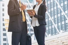Обсуждение бизнесмена и коммерсантки с таблеткой Стоковое Изображение RF