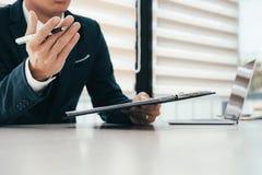 Обсуждение бизнесмена и представляет идею в встрече команды Стоковые Фотографии RF