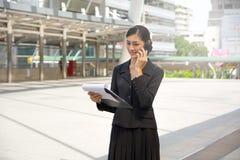 Обсуждение бизнес-леди внешнее на телефоне стоковые фото