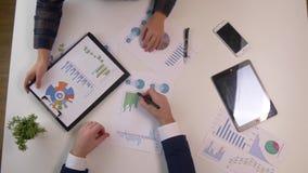Обсуждение встречи команды дела профессиональный инвестор работая с новым startup проектом Задача менеджеров финансов цифрово акции видеоматериалы