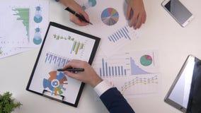 Обсуждение встречи команды дела профессиональный инвестор работая с новым startup проектом Задача менеджеров финансов цифрово видеоматериал