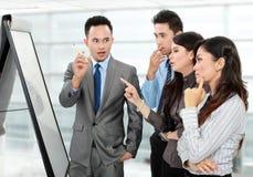 Обсуждение дела в офисе стоковые фото