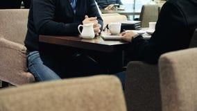 Обсуждение деловых партнеров в кафе видеоматериал