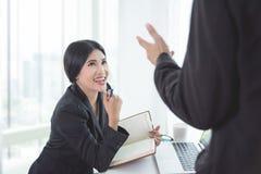 Обсуждение коммерсантки с партнером в офисе Стоковое Фото