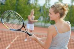 Обсуждение 2 привлекательное женское теннисистов на суде Стоковое Изображение RF