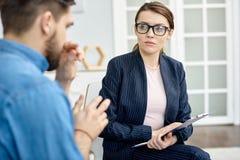Обсуждение проблемы с талантливым психологом стоковое фото rf