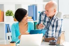 Обсуждать деловой документ Стоковое Изображение