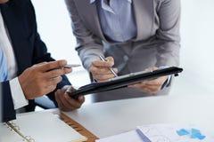 Обсуждать деловой документ стоковая фотография