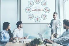Обсуждать маркетинговую стратегию Стоковые Фото
