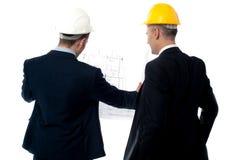 Обсуждать мужских инженеров от задней части стоковое изображение rf