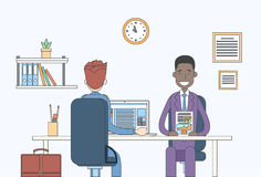 Обсуждать документа отчете о 2 бизнесменов говоря, бизнесмены сидя связь встречи стола офиса Стоковые Изображения