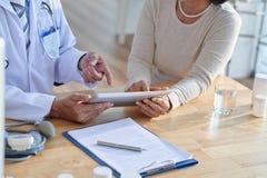 Обсуждать показатели с старшим пациентом Стоковая Фотография