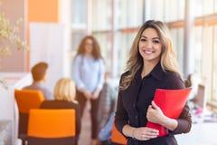 Обсуждать работы команды Молодая женщина с бумажной папкой