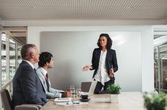 Обсуждать стратегию с командой в зале заседаний правления Стоковое фото RF