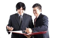 Обсуждение 2 бизнесменов Стоковые Изображения RF