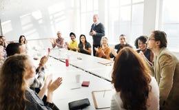 Обсуждение встречи говоря делящ концепцию идей Стоковое фото RF