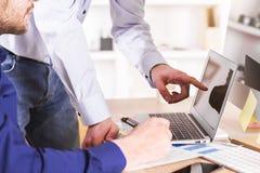 Обсуждение между бизнесменами Стоковое Изображение