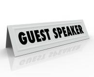 Обсуждение общественно важного вопроса группой специально отобранных людей представления карточки шатра имени приглашенного оратор Стоковая Фотография