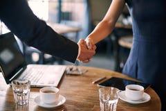 Обсуждение партнерства в кафе стоковое фото rf