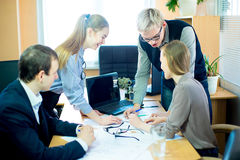 Обсуждение работников на идеях дела стола Стоковые Изображения
