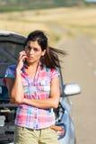 Обсуждение телефона с обслуживанием автомобиля страхования Стоковые Изображения