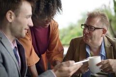 Обсуждения цифров бизнесмены концепции таблетки Стоковая Фотография