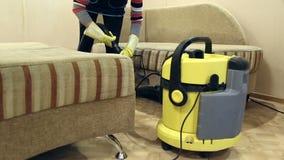 Обслуживайте очищая пакостные софу и стулья с специальным инструментом видеоматериал