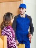 Обслуживайте работника в форме пришл к домохозяйке Стоковое Изображение RF