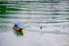 Обслуживайте шлюпку на реке Стоковые Изображения