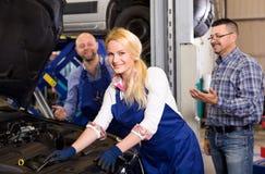 Обслуживайте экипаж и водителя около автомобиля стоковые фотографии rf