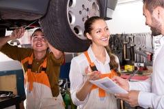 Обслуживайте экипаж и водителя около автомобиля стоковое изображение
