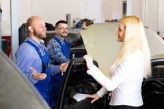 Обслуживайте экипаж и водителя около автомобиля Стоковая Фотография
