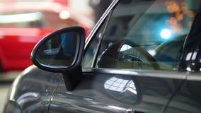 Обслуживание автомобиля автоматическое - роскошный автомобиль стоя в противоположности заварки ремонтируя процесс Стоковые Изображения