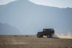 обслуживание автомобиля 4x4 для туриста на пустыне на горе Bromo Стоковые Изображения