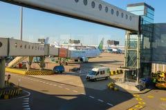 Обслуживание воздушных судн на авиаполе на авиапорте Амстердаме Стоковая Фотография