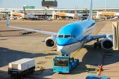 Обслуживание воздушных судн на авиаполе на авиапорте Амстердаме Стоковое Изображение