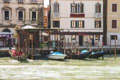 Обслуживание гондолы на канале в Венеции, Италии Стоковые Изображения