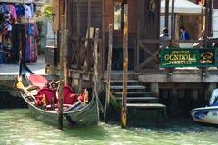 Обслуживание гондолы на канале в Венеции, Италии Стоковое Изображение RF