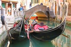 Обслуживание гондолы на канале в Венеции, Италии Стоковые Фото