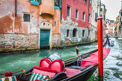 Обслуживание гондолы на канале в Венеции, Италии Стоковая Фотография RF