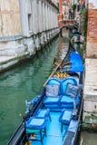 Обслуживание гондолы на канале в Венеции, Италии Стоковые Изображения RF