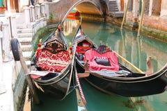 Обслуживание гондолы на канале в Венеции, Стоковое Фото