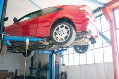 обслуживание замены масла автомобиля шара поднятое подъемом Стоковая Фотография