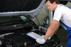 обслуживание замены масла автомобиля шара поднятое подъемом Стоковое фото RF
