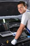 обслуживание замены масла автомобиля шара поднятое подъемом Стоковое Изображение RF