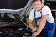 обслуживание замены масла автомобиля шара поднятое подъемом Стоковое Фото