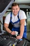 обслуживание замены масла автомобиля шара поднятое подъемом Стоковые Изображения