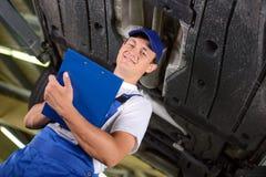 обслуживание замены масла автомобиля шара поднятое подъемом Стоковые Изображения RF